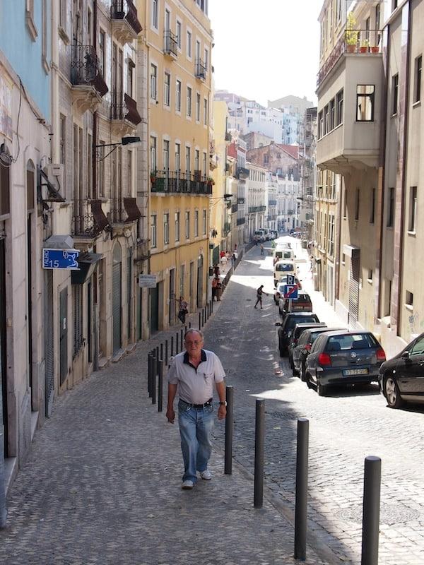 Der Blick in diese Straße verrät mir, warum ich das Treiben-Lassen und ungebundene Erkunden einer Stadt so mag: Hier liegt für mich die Seele eines Ortes.