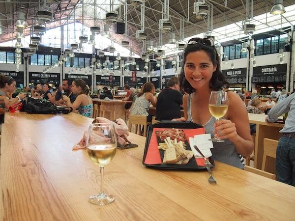 """Vor dem Start unserer """"Taste Of Lisboa Food Tour"""" möchte ich Euch noch den Besuch des Mercado do Ribeira (U-Bahn Cais do Sabre) ans Herz legen: Dieser hat 2014 neu eröffnet und bietet Gourmet-Appetithäppchen, Wein, Bier & vieles mehr in schönem, historischen Ambiente."""