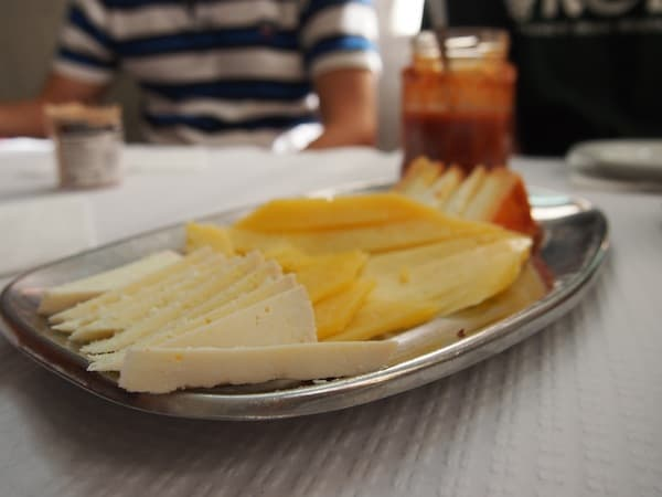 ... und dem herzhaft würzigen Käse, zu dem scharfe Chilisauce gereicht wird. Ein kühles Bier darf dazu nicht fehlen ...!
