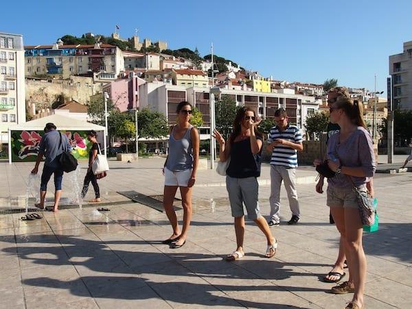 Während der Taste Of Lisboa Food Tour erzählt uns Filipa immer wieder spannende Geschichten zur Stadt und ihren Menschen, wie beispielsweise über den Stadtteil Mouraria im Hintergrund dieses Fotos.