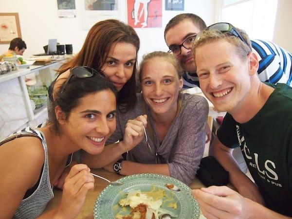 """Zu guter Letzt stehen wir alle wie Freunde """"rund um den heißen Brei"""": Eine Stadtführung mit Biss, bzw. der etwas anderen Art, bietet die liebe Filipa Valente mit ihren """"Taste Of Lisboa"""" Food Tours."""