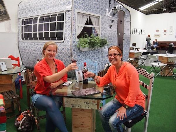"""Vor dem Büro von """"3 Mais Arte"""", einem bunt gestalteten Wohnmobil, lohnt eine kurze Portweinverkostung im angeschlossenen Café der Kooperative. """"A Nossa!"""" - mit Rita Branco vom Blog """"O Porto Encanta"""".!"""