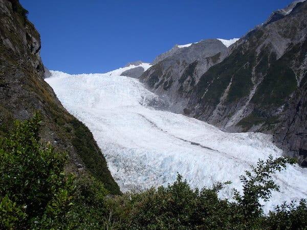 ... mit weltweit einzigartigen Naturschauspielen wie Gletschern inmitten eines kühlen Regenwaldes ...