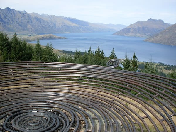 ... oder einfach nur anhaltend faszinierenden Ausblicken wie diesen: Hier mit Blick auf Queenstown & Lake Wakatipu im Süden der Südinsel Neuseelands.