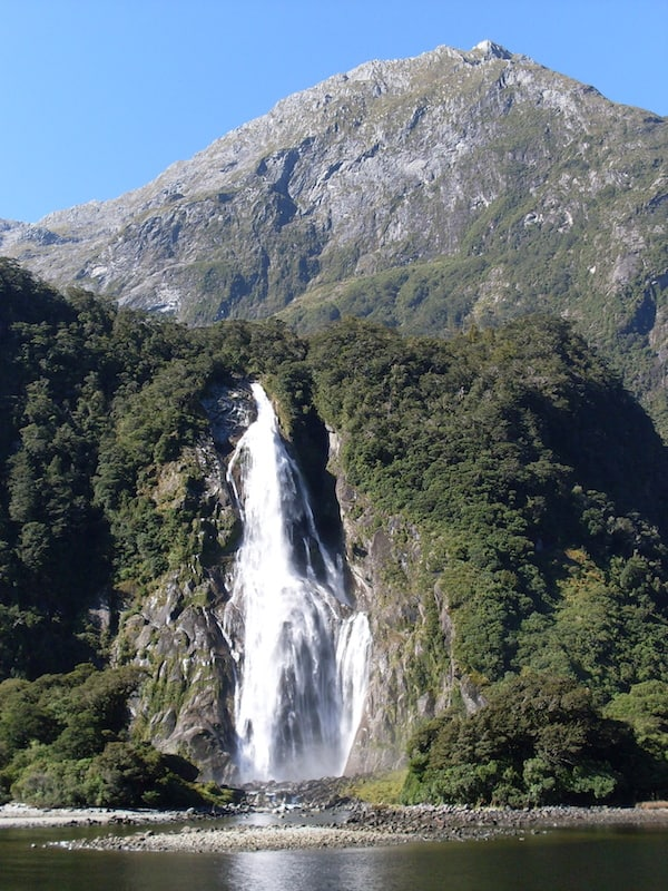 ... wie dieser Wasserfall am Eingang zum Milford-Sound eindrucksvoll beschreibt.