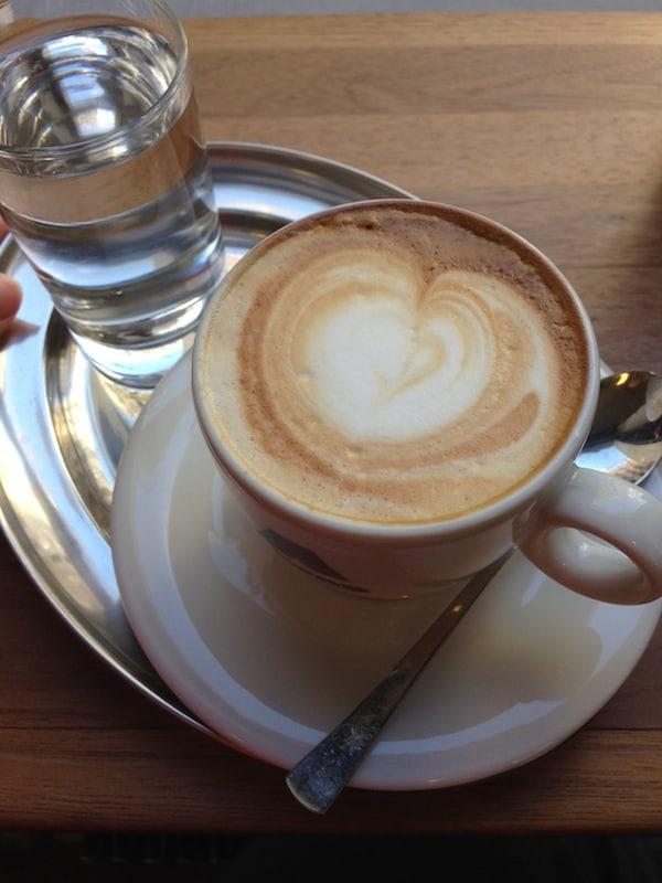 """""""Des passt scho'!"""" - Gemütliche Kaffeehauskultur aus Wien beim Freundinnen-Treff vor der Weltreise: Auf viel guten Kaffee wie diesen freue ich mich jetzt schon - weltweit!"""