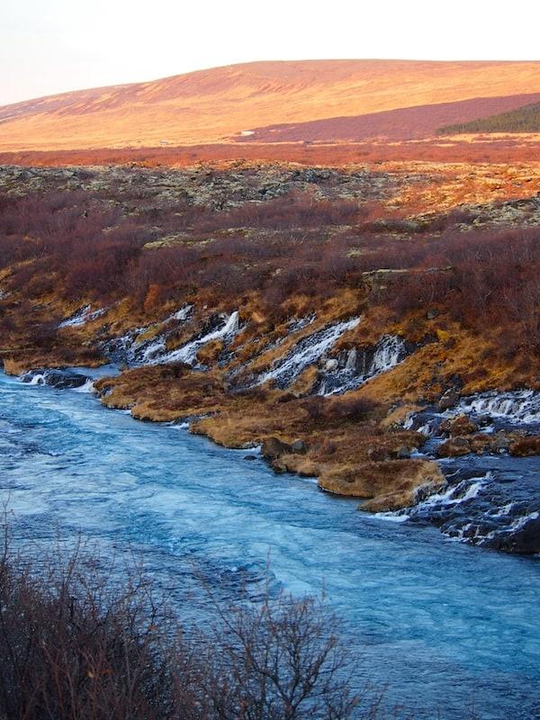 ... diese Farben am Fluss hier ziehen mich angesichts der bezaubernden Winterstimmung völlig in ihren Bann.