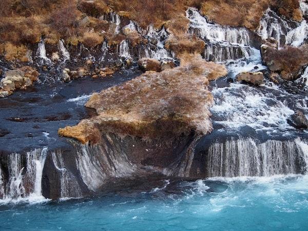 Rund 20 Kilometer nach der Kleinstadt Reykholt zeigt mir Björn die Lava-Wasserfälle von Hraunfossar, eines der vielen Naturwunder Westislands ...