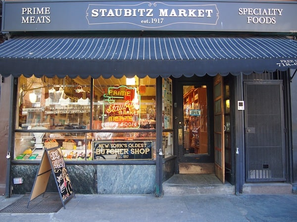 We then get a biscuit from Staubitz Market, New York's oldest butchery shop dating from 1917! The owner, well over 80 years old, still likes to cut his meat inside the shop rather than counting his millions on a retirement home in the Caribbean, Joe tells us with a smile on his face.