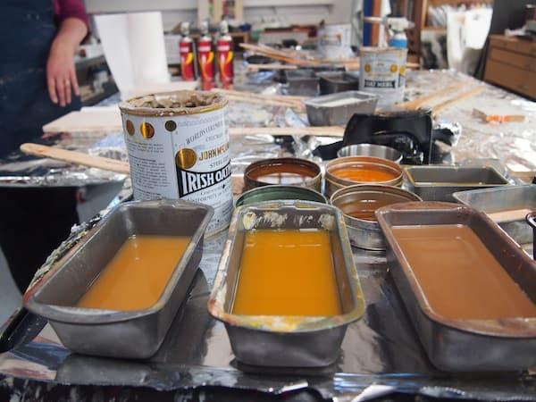 Zu Beginn erklärt mir Teena geduldig Geschichte & Technik der Enkaustik-Malerei, und erklärt mir die vorbereiteten Farben und Werkzeuge für unseren Workshop.