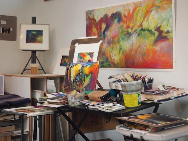 Der Blick auf Jane's Studioumgebung verrät: Hier sind Farben, Vielfalt und Gestaltungsfreiheit am Werk!