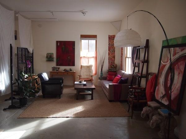 Gemütlich - einladend das offene, großräumige Studio der hier ansässigen Künstlerin ...
