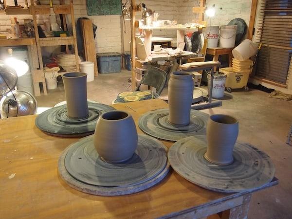 """""""Schon die alten Ägypter oder Babylonier haben getöpfert: Ich liebe die Verbindung zu diesem wohl ursprünglichsten Kreativ-Medium der Menschheitsgeschichte"""", sagt Theo. Begeistert erzähle ich ihm von meinem jüngsten, kreativen Töpferei-Erlebnis in der Algarve Portugals, beim Kreativkurs mit Hernando ...!"""