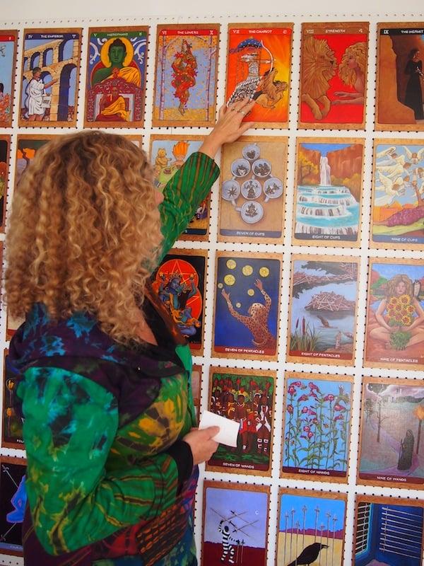 """Die in vielerlei Hinsicht begnadedte Künstlerin Lisa de St. Croix hat in mehreren Jahren Arbeit ihre eigenen Tarot-Karten gemalt, ein imposantes Gesamtkunstwerk das sie mir hier zeigt. Meine Karte ist übrigens """"The Chariot"""" - zielstrebig, fokussiert, immer in Bewegung und wissbegierig. Das STIMMT! :D"""