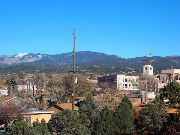 The view from my room over the city of Santa Fe, as well as the nearby Capitol Building, stretches far up to the nearby mountains, at over 2.000 metres above sea level.