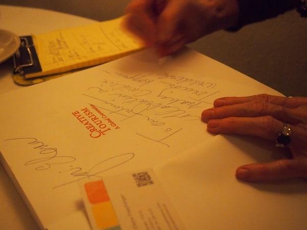 Im Jahr 2009 erscheint das erste internationale Handbuch für Kreativ Reisen, welches mir Rebecca hier handsigniert und persönlich überreicht. Vielen Dank, liebe Rebecca - ein wahres Geschenk für jemanden wie mich!
