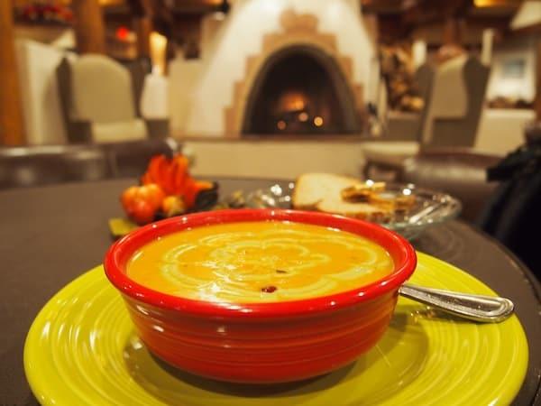 ... und bietet erlesene Kulinarik auf hohem Niveau, wie diese Avocado-Cranberry-Kürbiscreme-Suppe, welche ich gleich drei Mal (!) bestellt habe!