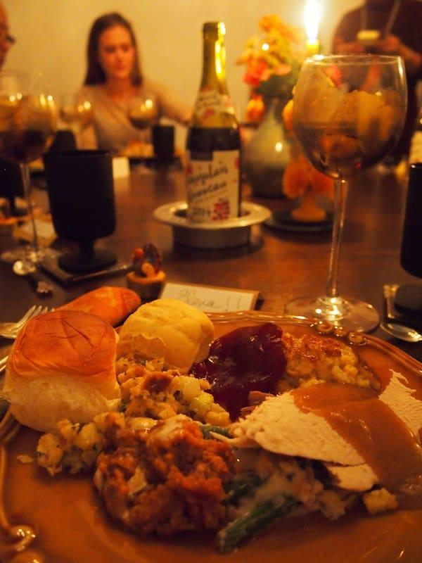 Ich fühle mich überaus geehrt, an diesem Tisch Platz nehmen zu dürfen ... Thanksgiving ist hier fast noch wichtiger als Weihnachten (und fühlt sich auch so an.)!