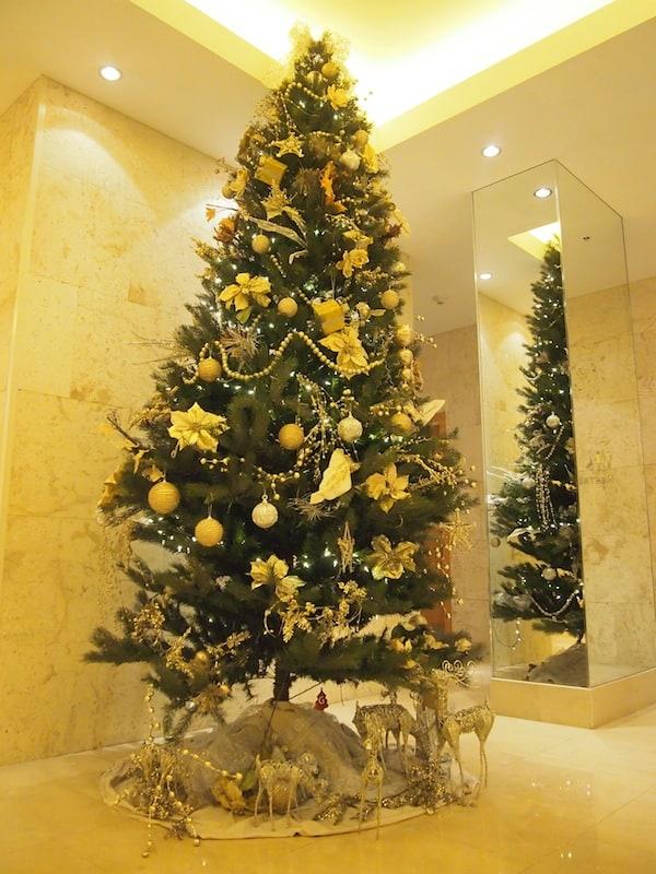 ... während drinnen in der Eingangshalle schon die Weihnachtsvorbereitungen laufen - Kulturschock pur?!
