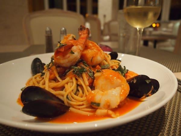 ... genieße mein Abendessen in vollen Zügen: Seafood Linguine & ein frisches Glas Chardonnay habe ich nach fast zwei Wochen New Mexican Cuisine im Landesinneren der USA schon vermisst!
