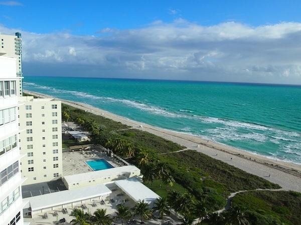 Allem voran: Die Aussicht vom 14. Stock meines Grand Beach Hotel Miami Beach ist einfach. Völlig. Umwerfend. WOW ... Ich liebe es, bleibe einige Minuten einfach nur fasziniert stehen.!