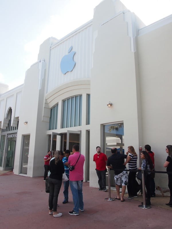 "... two, a ""capitalist community church"" - Apple Megastore on a Monday Morning in South Beach Miami!"