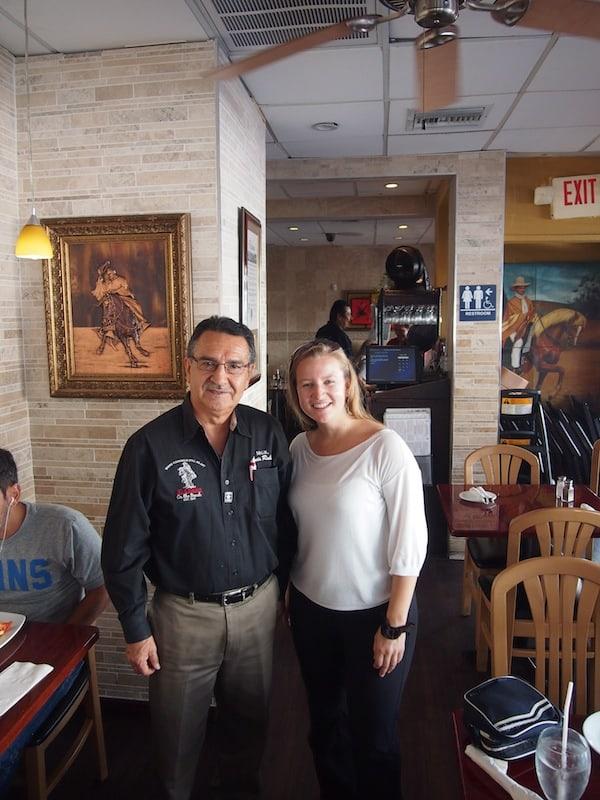 Luis Rubio hier macht sich all die Mühe eines persönlichen Empfanges und erzählt mir seine berührende Geschichte, all den Profit seines peruanischen Restaurants in eine lokale Gemeinde im Norden Perus zu investieren.