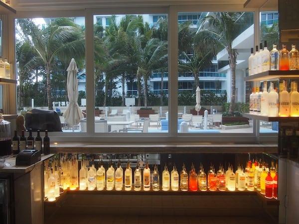 ... hier begeistert mich vor allem die coole Hotel-Bar voller Farben & Drinks!