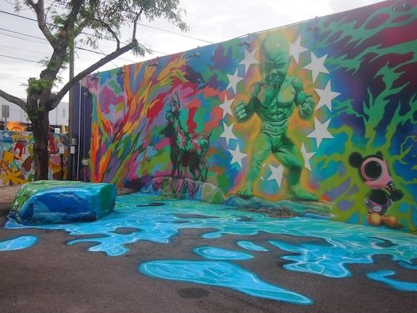 ... hier sticht mir vor allem gleich mal dieses Kunstwerk ins Auge, welches direkt von der Wand auf die Straße überzugehen scheint ...