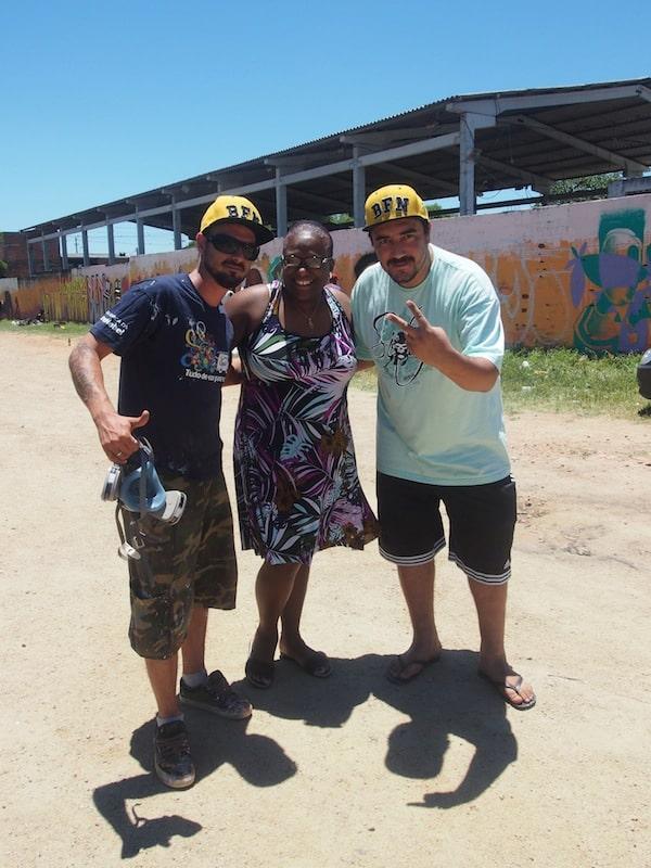 ... denen die Besitzerin dieser Samba-Schule mit ihrem Gebäude Freiflächen bietet ...