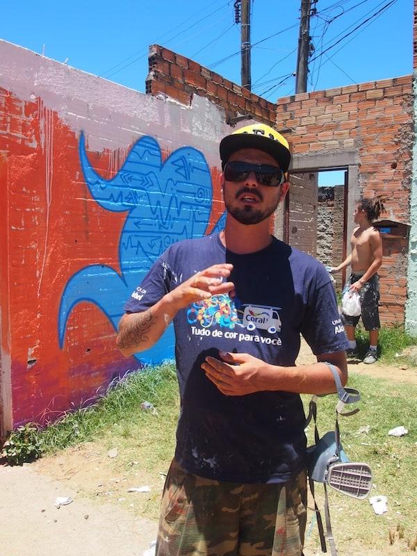 ... erklärt mir der junge Lucas Anão hier auf dem Bild zunächst, worum es bei seinem Projekt sowie der Verwendung der Farben an den Wänden geht.