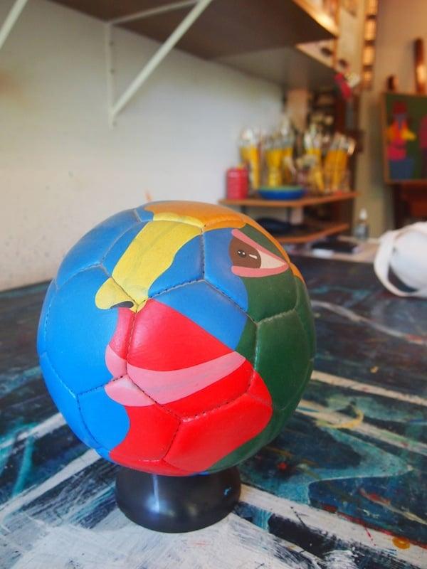 """Eine ganz ähnliche, farbenfrohe Vielfalt bieten die Werke dieses Künstlers von Porto Alegre mit dem Namen """"Britto Velho"""", der unter anderem diesen einzigartigen Fussball anlässlich der FIFA World Championships 2014 entworfen hat."""