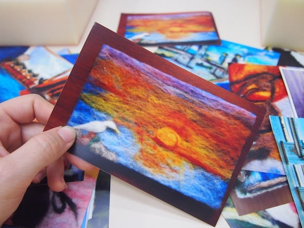 Kreativität, die nur so sprüht vor Ideen & Gedankenreichtum: Claudia gereicht uns Vorlagen zur Gestaltung unserer eigenen Postkarten aus heimischer Filzwolle.