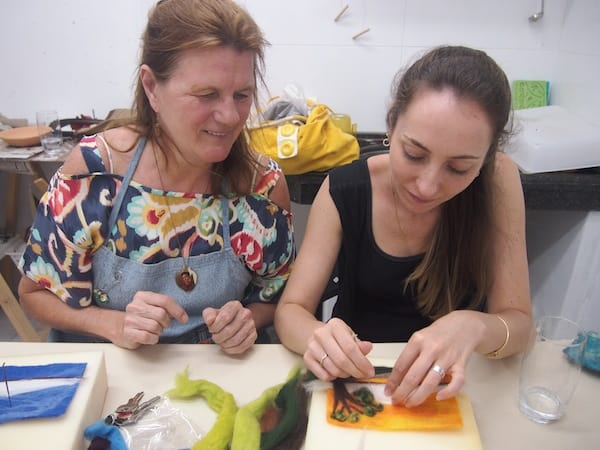 In jedem der hier bereisten Kreativ-Workshops gilt: Hilfe und Unterstützung ist stets zur Stelle, die liebe Claudia rundum bemüht ...