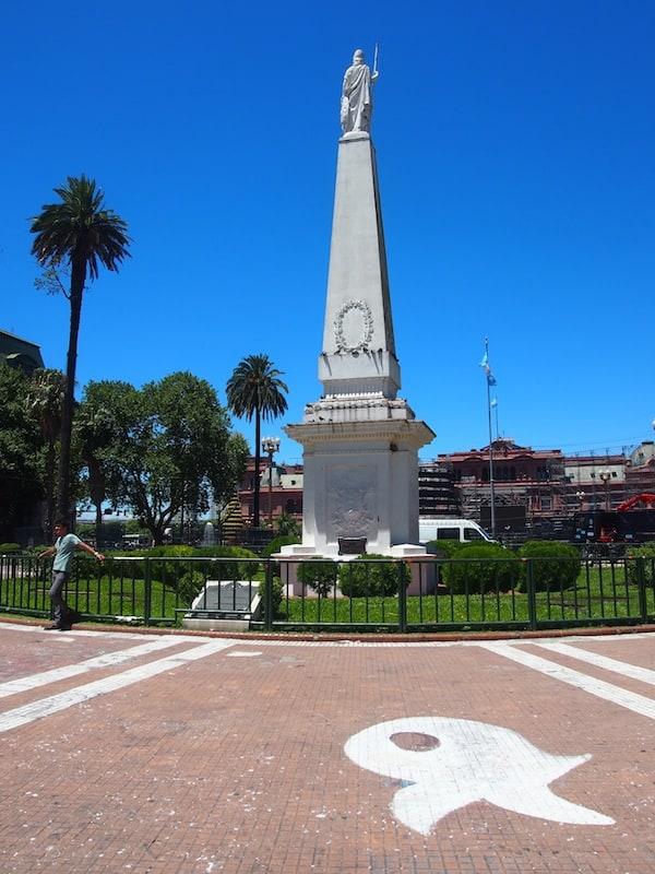 ... der Platz, der viele interessante Merkmale wie diese weißen Zeichen trägt: Gemalte Symbole von Kopftüchern der Frauen, dessen Söhne im Krieg Argentiniens gestorben sind ...
