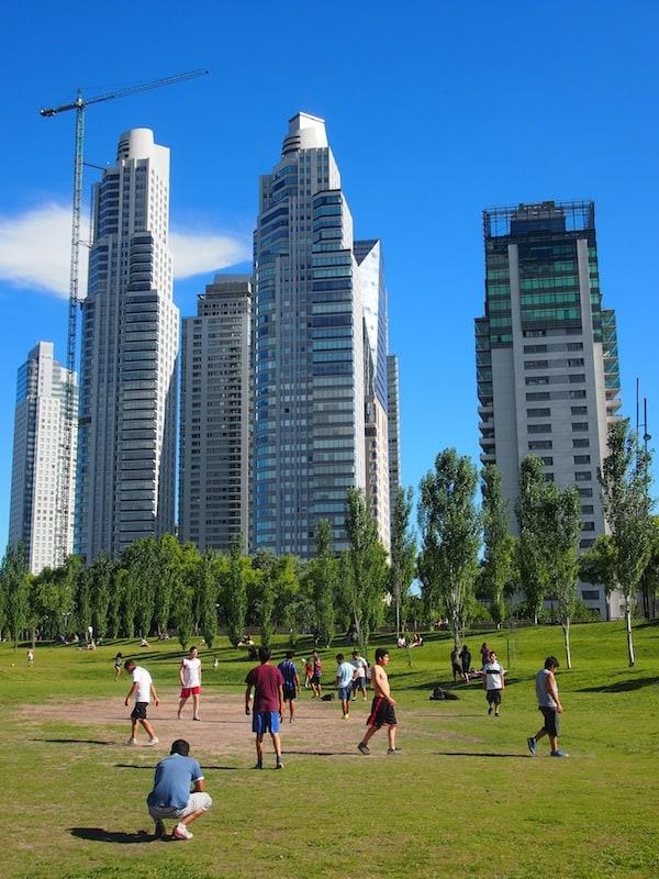 Hier gibt es für jeden etwas zu sehen: Argentinischer Fußball im Park mit der beeindruckenden Skyline dieses Stadtviertels im Hintergrund ...