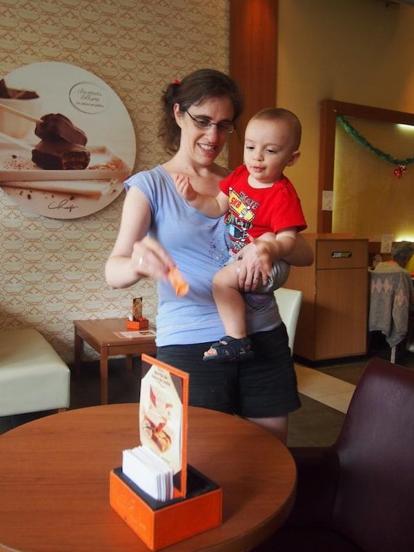 Aldana mit ihrem Sohn Tahiel, schon bald gerüstet für die nächste große Reise nach Europa ...