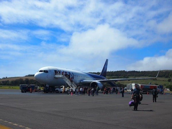 Just a little later, after a five hours flight from Santiago de Chile, I set foot on Easter Island together with some 200 other passengers, who arrive here from all over the world – Chile & Europe mostly, that is.