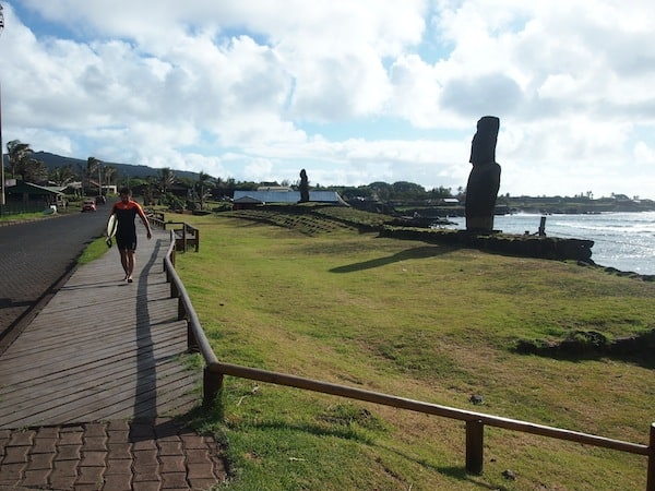 "My way over to the evening concert that lovely musician Hernán has just invited me like that is marked by ""everyday life"" views on Easter Island – Surfers & Moai that is …"