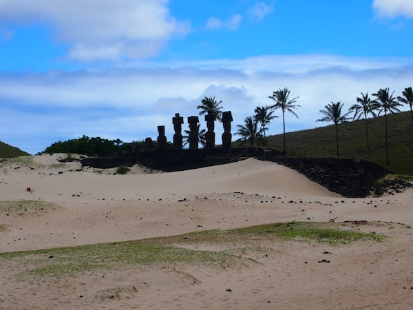 Here, too, we can see the Moai that have been re-erected on their former platforms, following extensive archaeological studies.