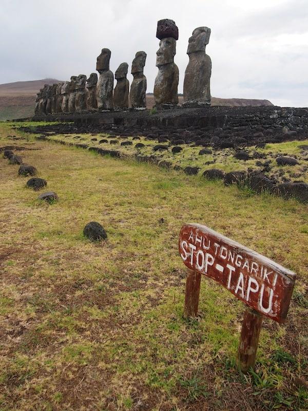 Viele der hier stehenden Moai gebieten Ehrfurcht & Respekt, sind sie der indigenen Bevölkerung doch heilige Stätten mit dem Sinnbild ihrer Vorfahren und Stammesältesten.