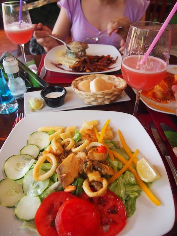 Nach so viel Aufregung (und Anstrengung) erst mal einen Happen essen: Das Dominican Restaurant serviert frische Meeresfrüchte & Salat aus Eigenanbau.