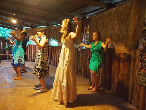 Da können wir nur versuchen, mitzuhalten: Kleiner Tanzkurs in polynesischen Rhythmen für die Damen!