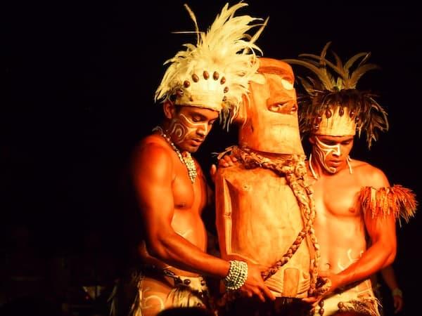 Wenig später schon werden im Rahmen der traditionellen Tanzvorführung ganz andere Dinge aufgetischt!