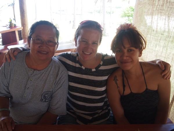 ... sowie das Gespräch mit der lieben Antoinette aus Tahiti (links) und der Einheimischen Vicky erleichtern mir den Weg zurück in die Gegenwart.