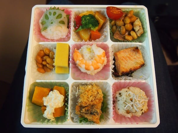 I just love Japanese food, as you will have gathered by now. Easily could live with having this type of lunch box each and every day: Flavoursome, healthy, diverse – YUM!