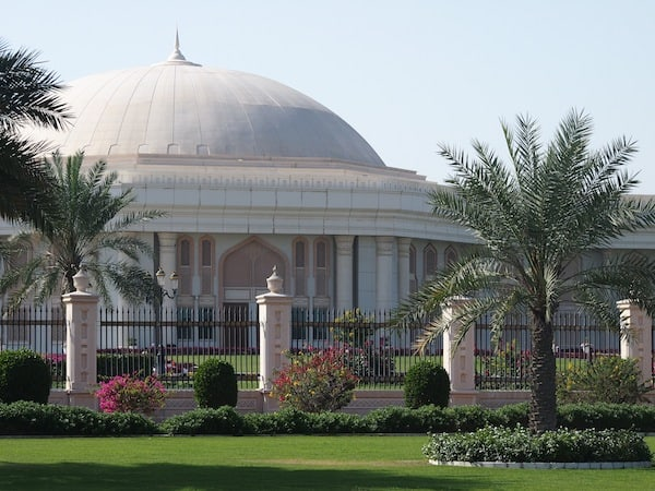 ... (and it's not the White House they walk towards, although it might appear likewise): University building in Sharjah!