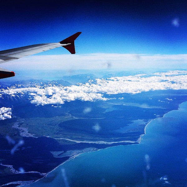 Die gewaltigen Naturlandschaften Neuseelands: Schon beim Landeanflug werden die Dimensionen, wie beispielsweise hier an der Westküste von Neuseelands Südinsel, spür- und erlebbar.