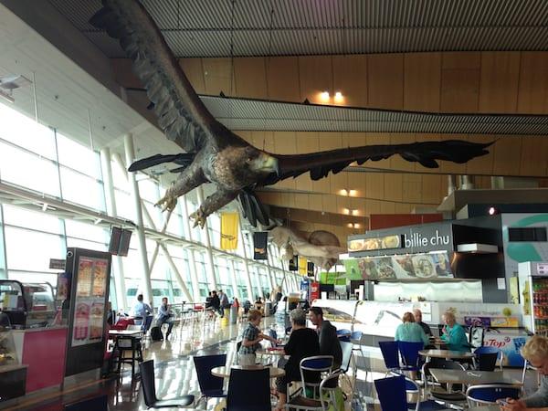 Kein Scherz: Riesen-Adler begrüßen Herr-Der-Ringe-Fans am Flughafen von Wellington, Neuseeland ... !