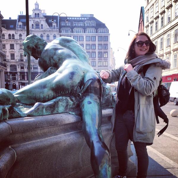 ... und erfreuen sich an heiteren Details, wie dieser Mannes-Statue am Donnerer-Brunnen inmitten von Wien, Am Neumarkt im 1. Bezirk!